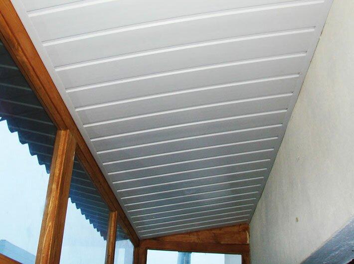 Отделка потолка балкона белым пластиком