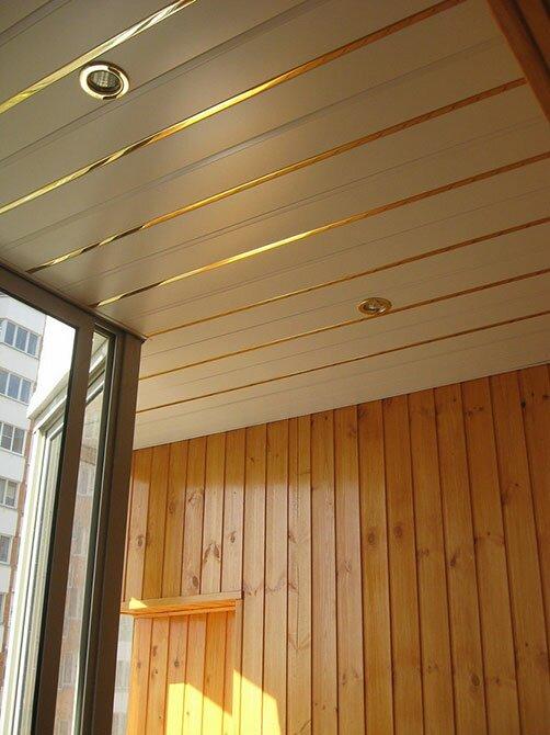 Отделка потолка балкона декоративным пластиком