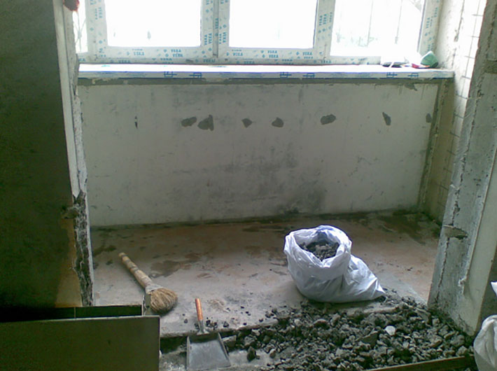 Зачистка балконной плиты и сбор мусора